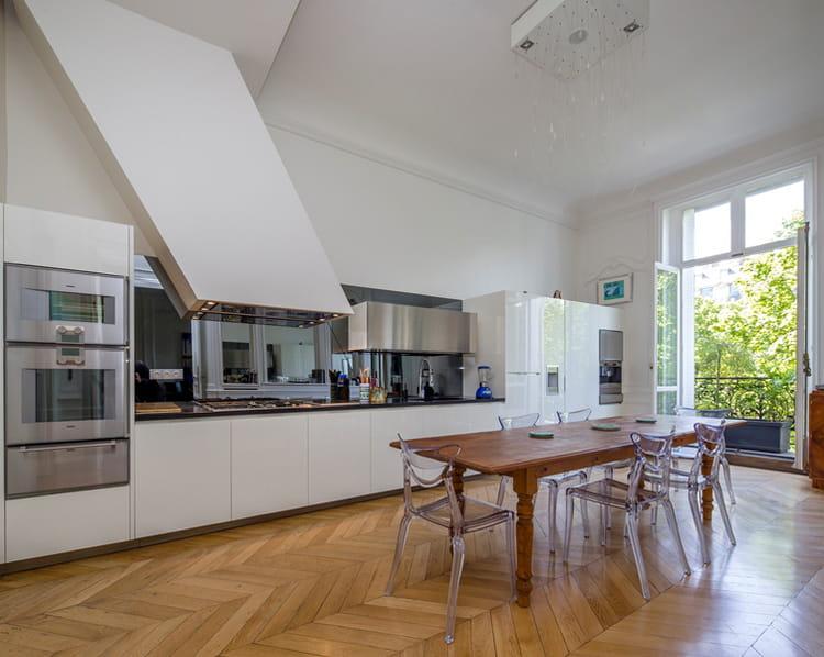 et sa cuisine ouverte visitez cet appartement haussmannien de 263 m vendre pour 2 75. Black Bedroom Furniture Sets. Home Design Ideas