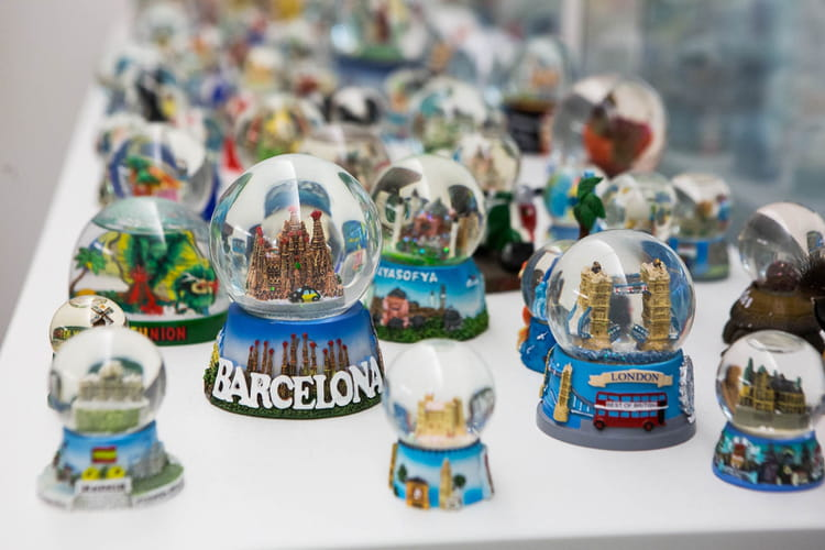 Collection de boules à neige à l'effigie des grandes villes touristiques