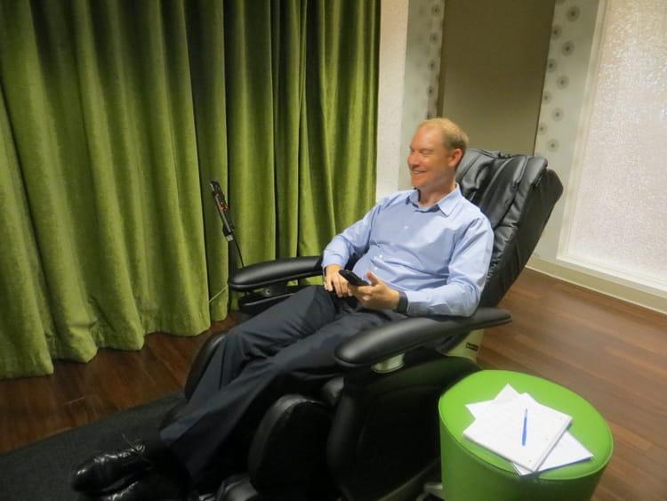 Nigel Glennie découvrant ces fauteuils