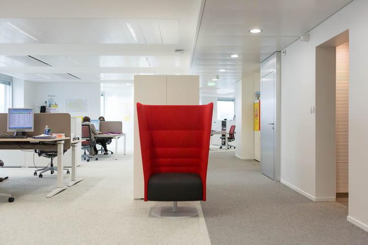 Un open-space qui comprend des espaces individuels