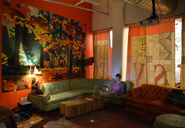derri re un havre de paix les bureaux d 39 etsy sont aussi insolites que les objets qu 39 il vend jdn. Black Bedroom Furniture Sets. Home Design Ideas