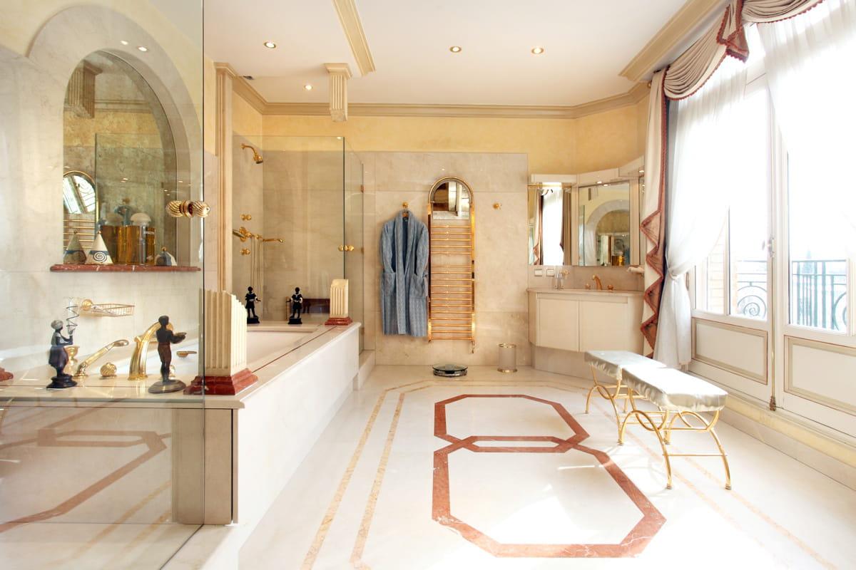 Une salle de bain spacieuse villa montmorency une for Salle de bain 6000 euros