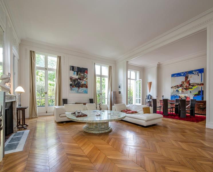 le double s jour pi ce ma tresse de cet appartement d 39 exception. Black Bedroom Furniture Sets. Home Design Ideas