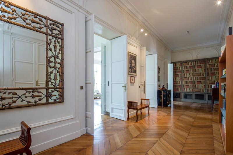 une galerie d 39 entr e visitez cet appartement haussmannien de 263 m vendre pour 2 75. Black Bedroom Furniture Sets. Home Design Ideas