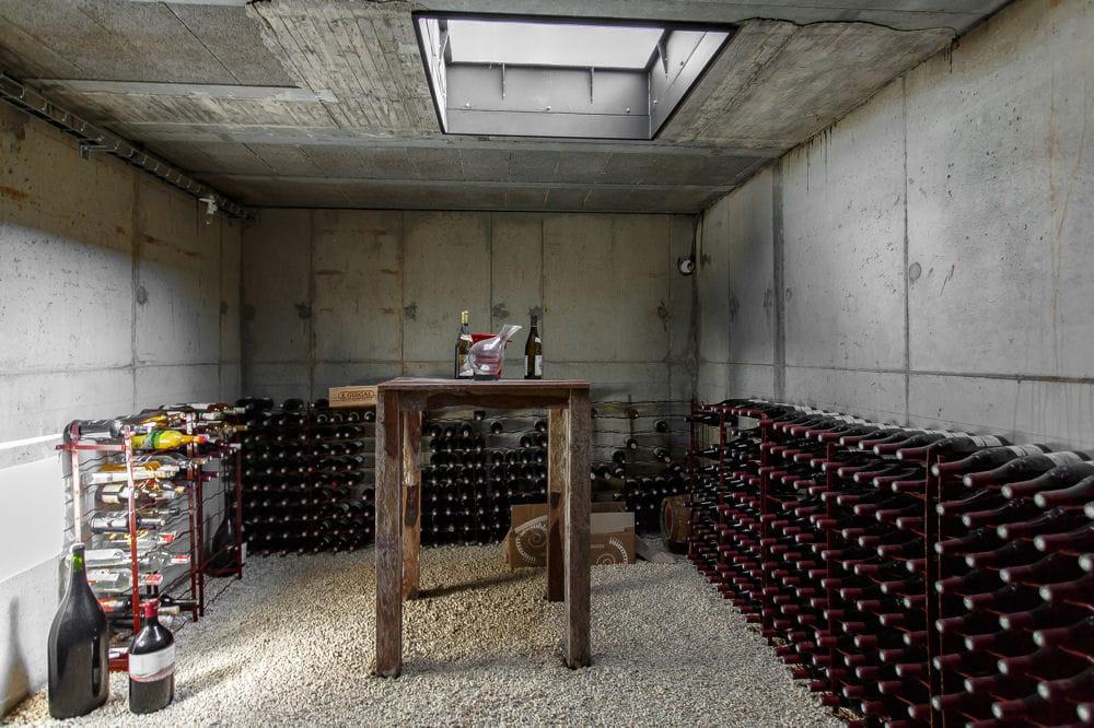 la propri t comporte aussi une cave vins entrez dans cette maison d 39 architecte en vente. Black Bedroom Furniture Sets. Home Design Ideas