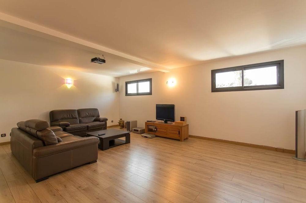 et une salle de home cin ma entrez dans cette maison d 39 architecte en vente 1 1 million d. Black Bedroom Furniture Sets. Home Design Ideas