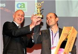 bruno dambrun (à gauche), directeur général de srm, reçoit le trophée