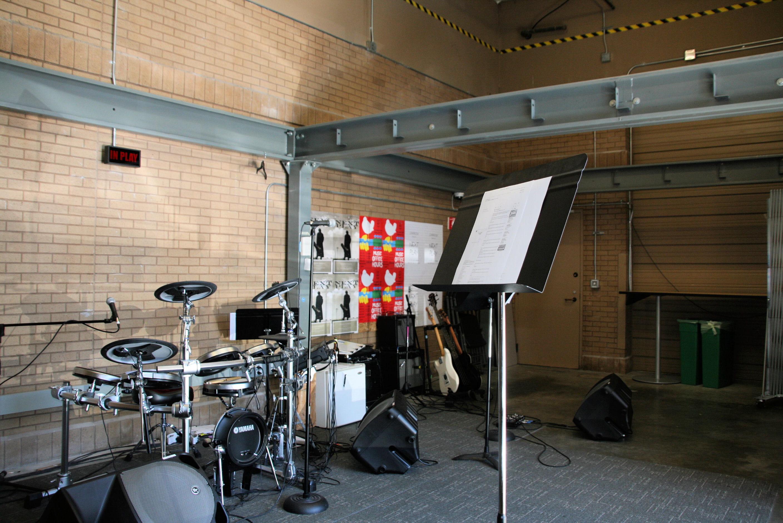 une salle de musique fa on garage visite au coeur de linkedin mountain view jdn. Black Bedroom Furniture Sets. Home Design Ideas