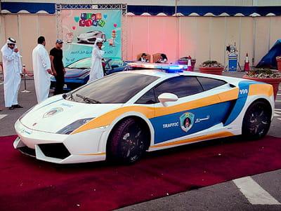 La police qatarienne roule en voiture de luxe la vie de pacha des qatariens jdn - Image de voiture de police ...