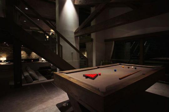 Salle de billard cave vin et espace de relaxation les for Salle de relaxation