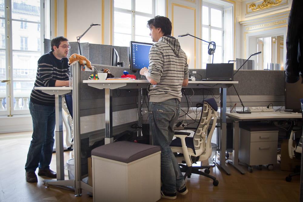 Des bureaux ergonomiques visite du nouveau si ge de - Treteaux reglables en hauteur ...