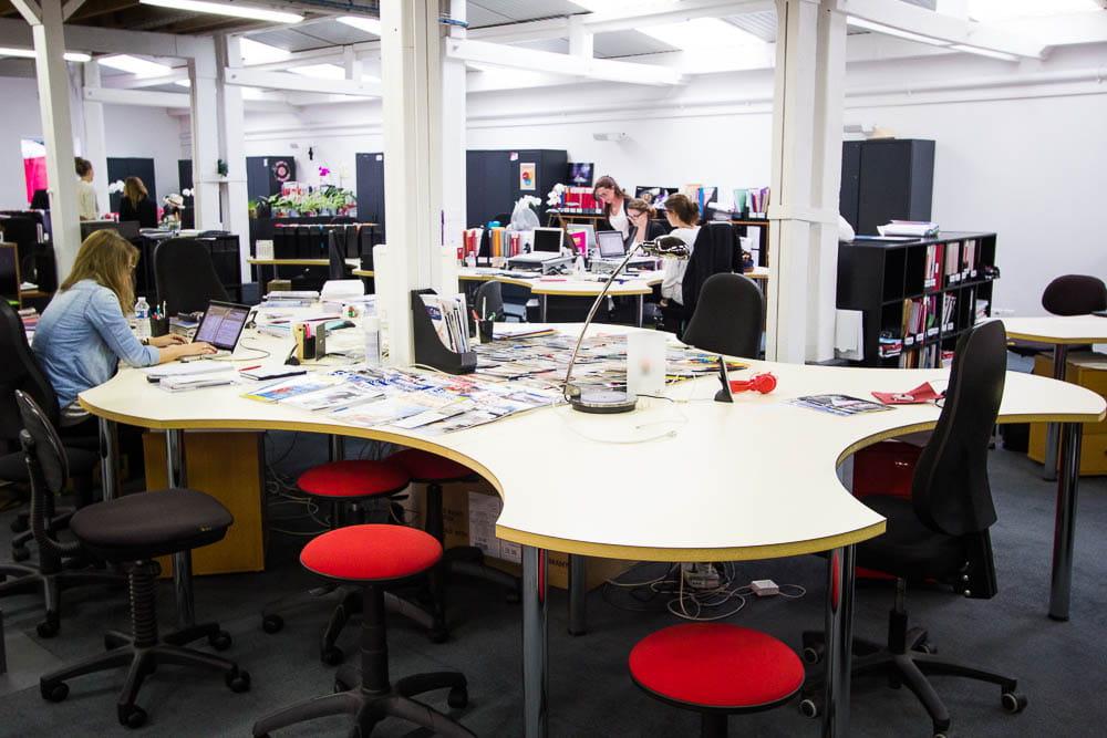 de grands bureaux partager dans les locaux de l 39 agence. Black Bedroom Furniture Sets. Home Design Ideas