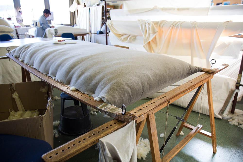 l 39 atelier matelas mobilise 4 personnes comment le lit national fabrique les lits des. Black Bedroom Furniture Sets. Home Design Ideas
