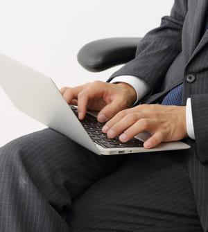 l 39 ordinateur portable sur les genoux r duit le nombre de spermatozo des le travail au bureau. Black Bedroom Furniture Sets. Home Design Ideas