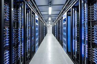 vue intérieur du data center européen de facebook, situé en suède en bordure du