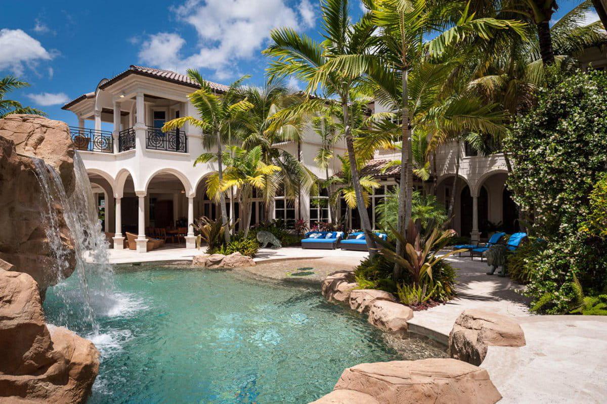 dehors une piscine paradisiaque un entrepreneur met en vente son incroyable maison star trek. Black Bedroom Furniture Sets. Home Design Ideas