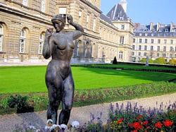 le jardin du luxembourg et le sénat en arrière-plan.