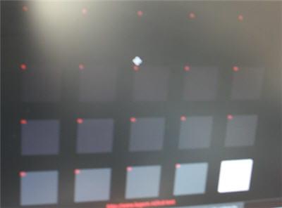 15 carrés apparaissent nettement avec l'écran de lenovo. la médiocre qualité de