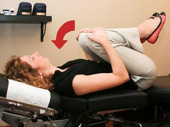 etirer le bas du dos au r veil 12 exercices pour en finir avec ces maux du bureau jdn. Black Bedroom Furniture Sets. Home Design Ideas