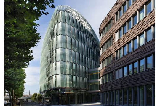 Un bâtiment recouvert d'écailles de verre