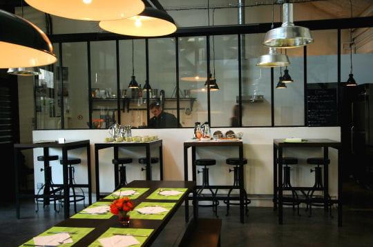 une grande table de campagne chez saguez les cuisines et. Black Bedroom Furniture Sets. Home Design Ideas