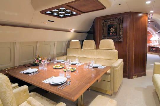 il peut recevoir quatre clients  u00e0 table   le jet priv u00e9 de