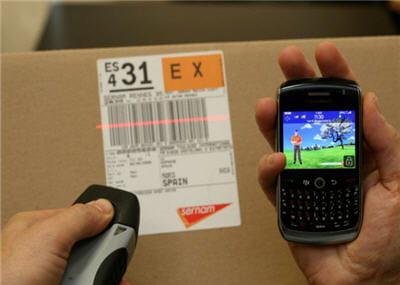 le smartphone blackberry curve 8520 accompagné de la douchette codes-barres