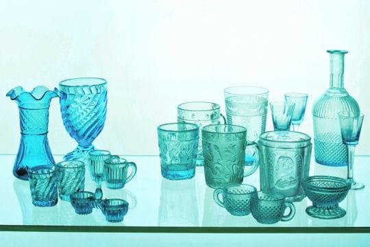 une collection d 39 objets en verre bleu. Black Bedroom Furniture Sets. Home Design Ideas